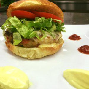 hamburgher vegetariano di caponata siciliana e mayo vegana